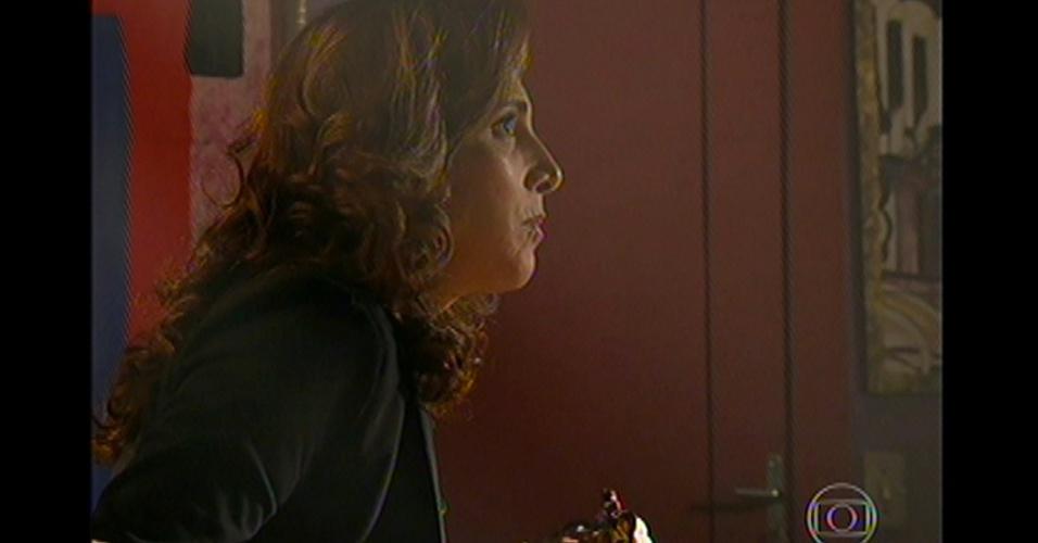 17.mai.13 - Wanda se surpreende com a invasão e tenta fugir, mas é flagrada por Morena, que tenta descobrir onde está a filha. Em seguida, a polícia chega e leva a traficante