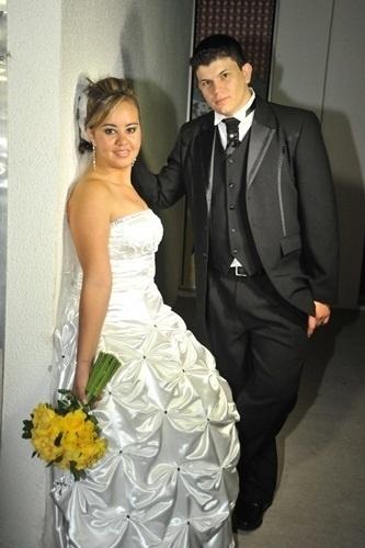 """Jeferson Mendes Lopes e Mirian Feitosa Lopes, de Salto (SP), oficializaram a união em 22 de outubro de 2011. """"O dia mais feliz de nossas vidas!"""", contou Mirian."""