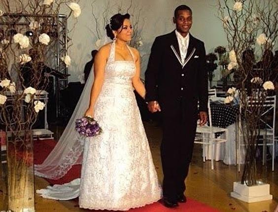"""O casamento de Anderson Alexandre Teles Evangelista e Fernanda Freitas Juvino Evangelista foi em Sumaré (SP), no dia 9 de outubro de 2010. """"Foi um dia muito abençoado e cheio de emoções para nós e todos os amigos e familiares"""", contou Fernanda."""