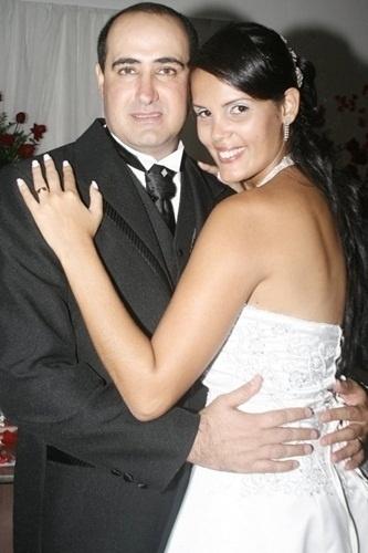 """Ricardo Antônio Rodrigues da Motta e Joselaine Cavalcanti de Souza, de São Pedro da Aldeia (RJ), se casaram em 16 de junho de 2011. """"O dia em que Deus nos uniu diante dos Homens! Brindamos o amor!"""", falou Joselaine."""