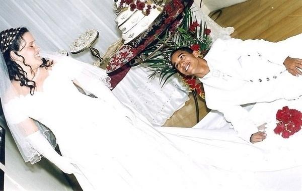"""Saulo dos Santos da Silva Moura e Lucimar Santos de Moura são do Rio de Janeiro (RJ). Eles se casaram em 9 de junho de 2006. """"Foi um dia especial, o que Deus uniu o Homem não separa. Namoramos cinco anos, me casei no dia do meu aniversário"""", contou a noiva."""