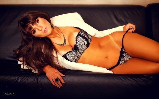 """18.mai.2013 - A nova panicat Carol Dias revelou em entrevista ao site Paparazzo que é a favor do sexo casual e que seria hipocrisia dizer o contrário. A morena também contou como lida com a falta de sexo no dia a dia: """"Se fico muito tempo sem ninguém, me viro sozinha. Não é igual, mas eu gosto"""", afirma a morena, que perdeu a virgindade aos 18 anos com um amigo de escola"""