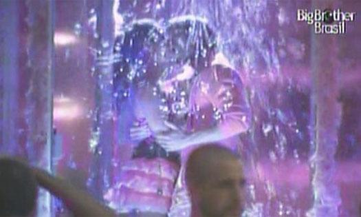 Maria e Mauricio aproveitam juntinhos o banho de espuma (19/1/11).
