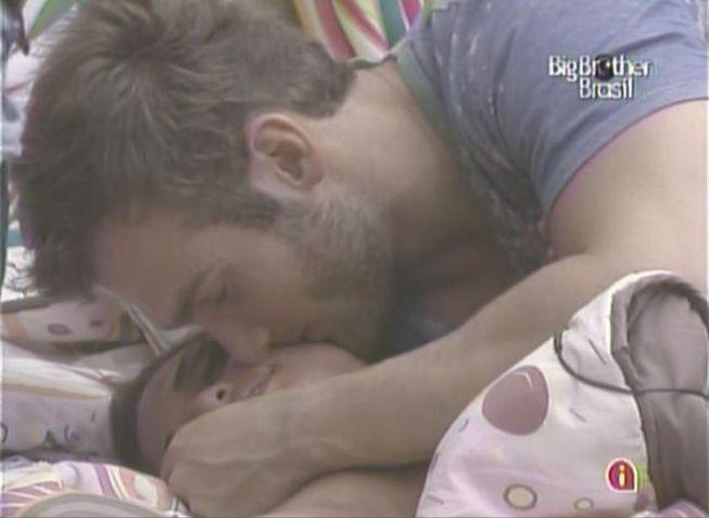 O tão esperado beijo entre Wesley e Maria quase acontece mais uma vez (3/2/11).
