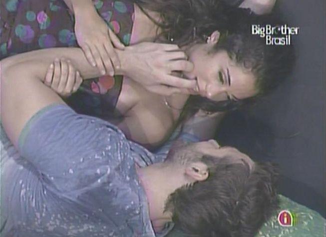 Clima entre Maria e Wesley esquenta cada vez mais durante balada (3/2/11).