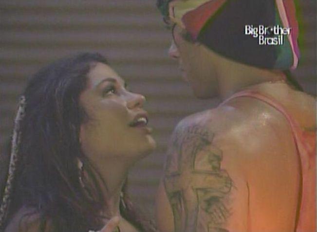 Desesperada, Maria diz para Mauricio que está apaixonada e insiste em conseguir um beijo (13/2/11).