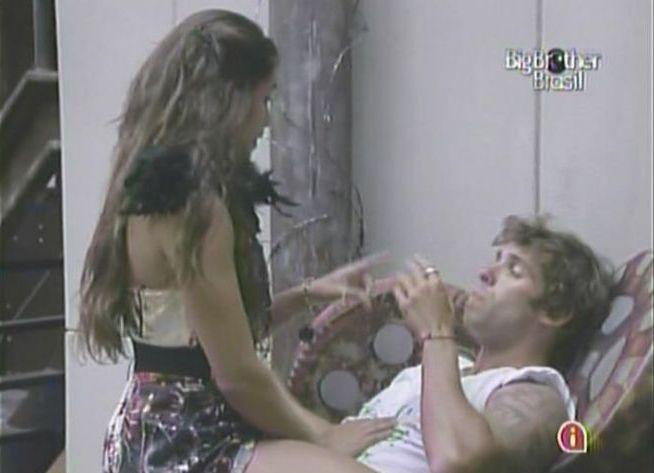 Maria vai falar com Mauricio mais uma vez e roqueiro pede para ela sair de cima dele (17/2/11).