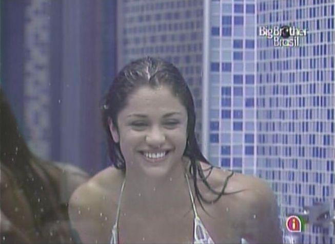Para ganhar um beijo de Mauricio, Maria toma banho (28/2/11).