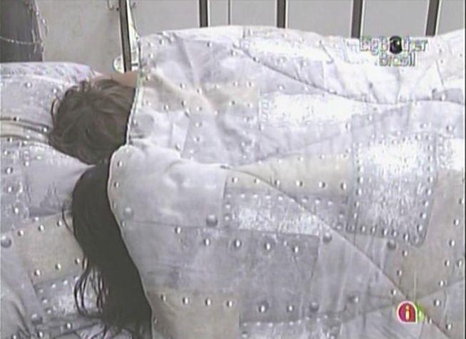 Sem calcinha, Maria resolve atacar Mauricio novamente debaixo do edredom (28/2/11).