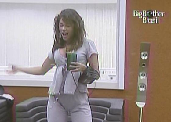 Maria acordou animada nesta quinta-feira (17/3/11) e dançou no quarto do líder. A atriz afirmou que dormiu bem. 'Estava cansada, dormi muito bem esta noite', disse a 'sister' para Daniel.