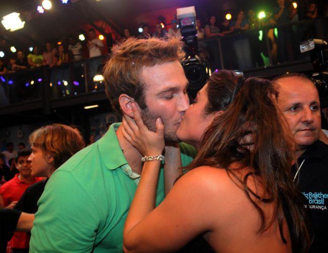 A campeã Maria ganha beijo apaixonado do segundo colocado Wesley (29/3/11).