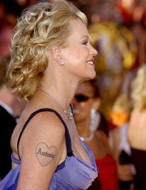 Melanie Griffith tem o nome de Antonio Banderas no braço