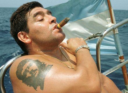 Diego Maradona carrega Che Guevara no braço