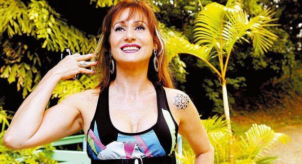 A atriz Zezé Polessa tatuou um tipo de mandala em seu ombro esquerdo