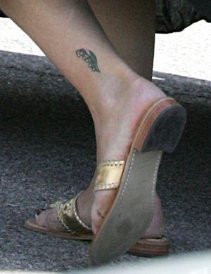 Brooke Shields com uma tatuagem que parece do tempo de