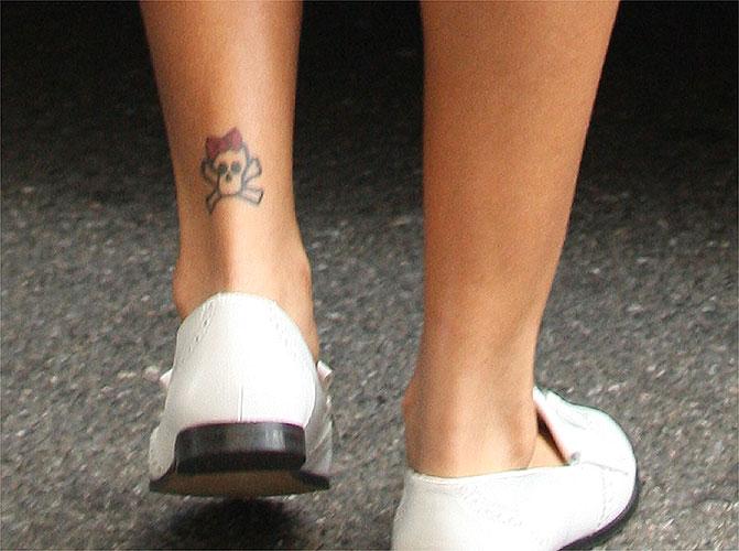 A cantora Rihanna tem várias tatuagens, incluindo essa caveira com um lacinho vermelho (jun/2009)