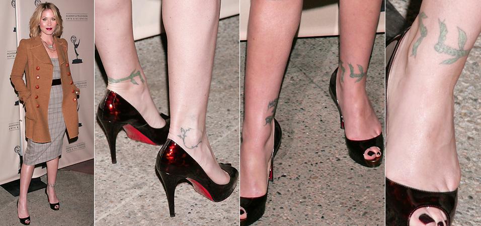 A atriz Christina Applegate tatuou os dois tornozelos
