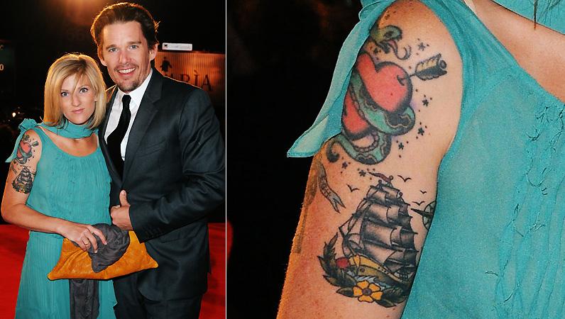 Ryan Shawhughes, mulher do ator Ethan Hawke, tem diversas tatuagens em seu ombro direito