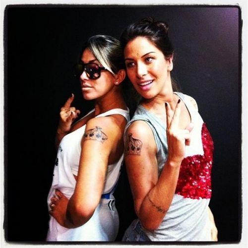 As ex-panicats Dani Bolina e Lizi Benites selaram sua amizade com uma tatuagem idêntica, um desenho em forma de coroa, feito no mesmo estúdio de tatuagem em São Paulo (19/11/2011). Lizi mostrou o resultado no Twitter e contou: