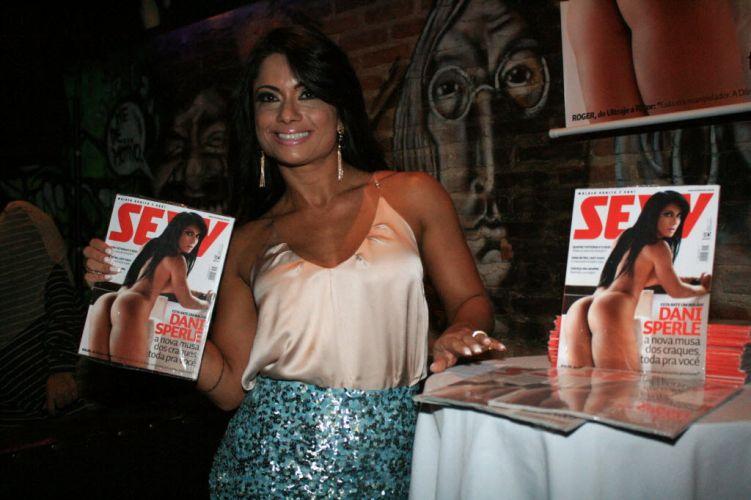 Dani sorri ao exibir sua edição da 'Sexy'.