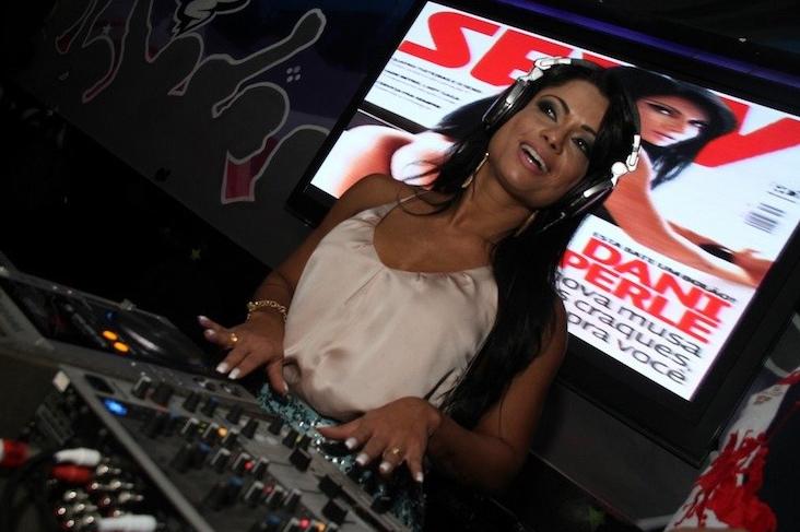 Dani ataca de DJ no lançamento da 'Sexy'.