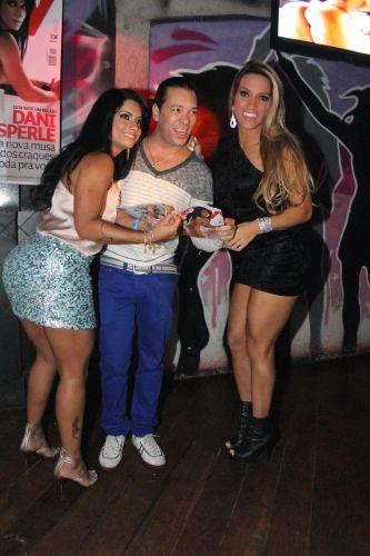 Dani Sperle posa para fotos com amigos, no evento.