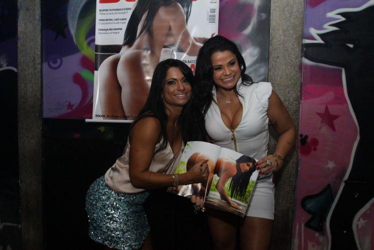 Dani Sperle posa para fotos com Marta Love, no evento.