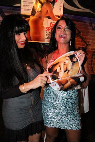 Dani Sperle sorri ao lado de Solange Gomes ao lançar sua 'Sexy'.