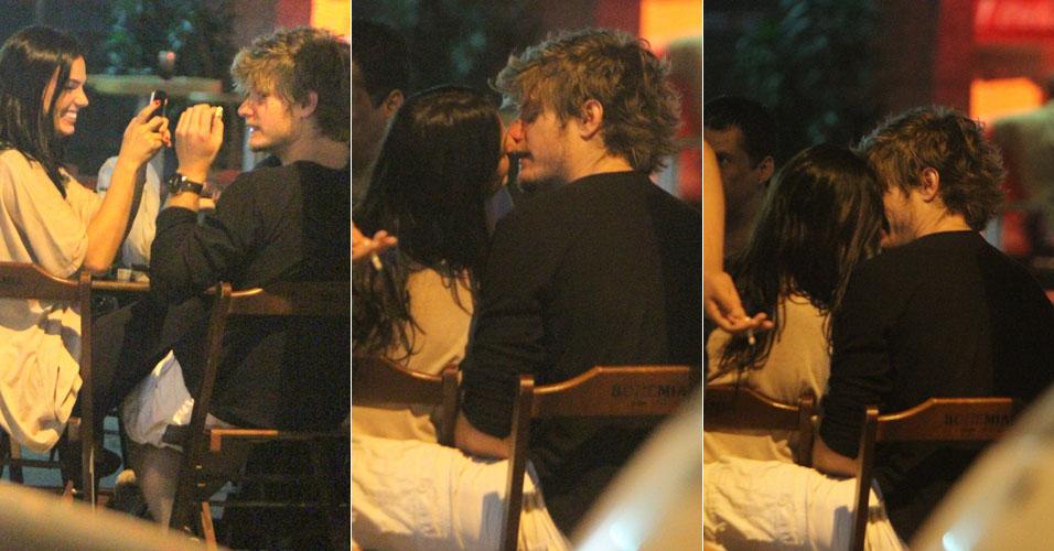Isis Valverde e o namorado,Tom Rezende, curtem momentos românticos e carinhosos, com direito a beijos, em um barzinho na Barra da Tijuca, zona oeste do Rio de Janeiro (25/10/11)