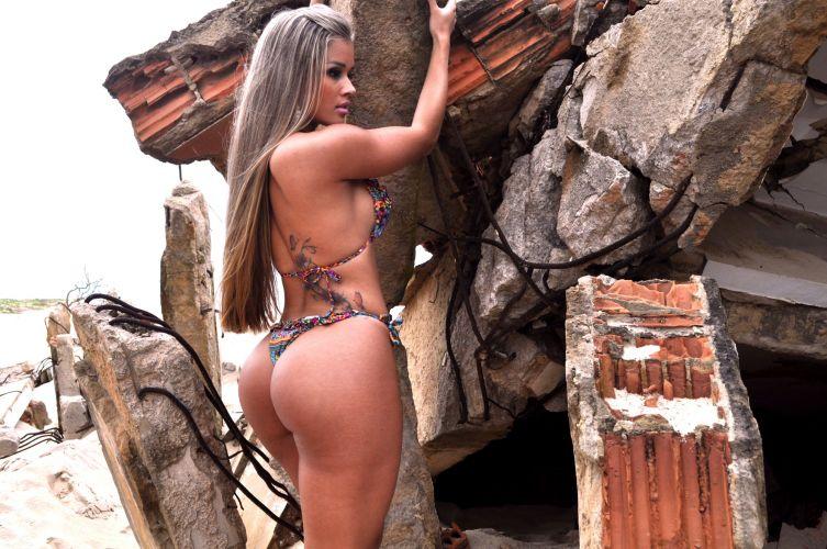 A panicat Aryane Steinkopf , conhecida como 'Barbie', exibe as belas curvas em um ensaio realizado em uma praia em São João da Barra, no Rio de Janeiro