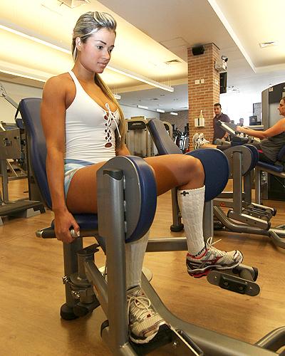 Para treinar os glúteos e as coxas, Aryane faz cadeira abdutora com 95 kg, 105 kg, 125 kg e 135 kg. A primeira série é de 10 repetições, as duas seguintes de oito e a última de seis repetições Aline Arruda/UOL