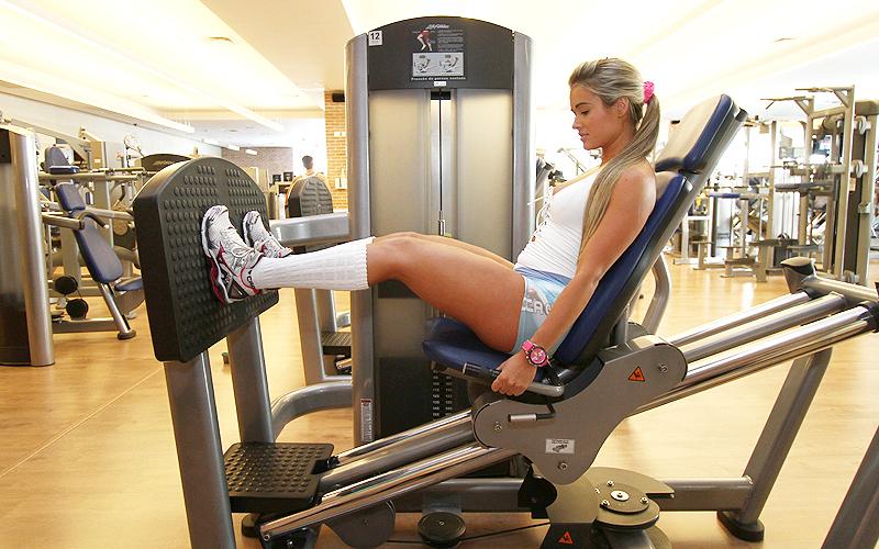 Sente no aparelho, inicialmente o joelho deve ficar a 90 graus e a coxa bem próxima da barriga. Empurre o banco para trás até a perna ficar quase estendida, não chegue a estender totalmente