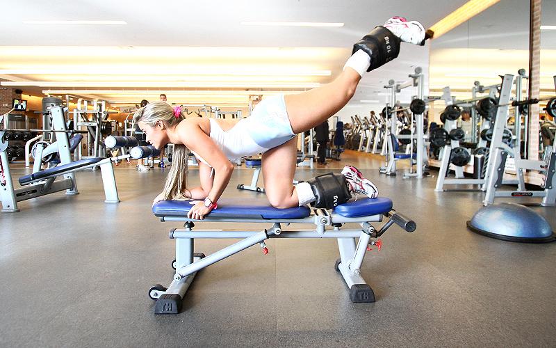 O treino de abdome da loira, que acontece terça, quarta e quinta-feira, começa com um exercícios de abdominal infra, com elevação de pernas. A panicat faz três séries de 30 repetições de todos os abdominais