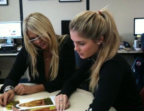 Bárbara e a mãe, Monique Evans, escolhem fotos para a edição de dezembro de 2011 da