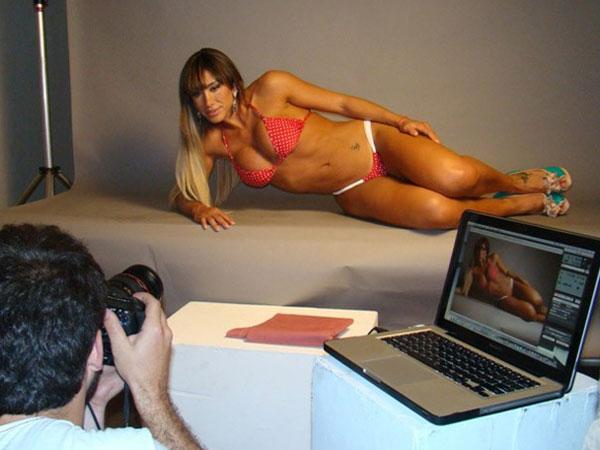 Jaque Khury posa para catálogo de uma marca de biquínis em um estúdio de São Paulo (13/12/11). A panicat foi clicada pelo fotógrafo Felipe Ludovice e exibiu toda sua boa forma durante o ensaio