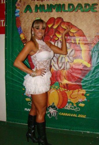 Juju Panicat deu o ar da graça no aniversário de 11 anos da escola de samba Mancha Verde, em São Paulo (22/10/11)