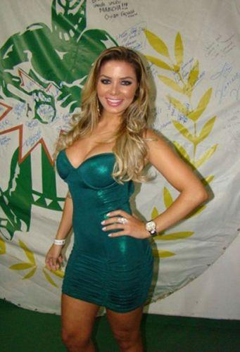Tassiana Dunamis, a musa do Palmeiras que concorre ao título de Gata do Brasileiro, roubou a atenção na quadra da Mancha Verde