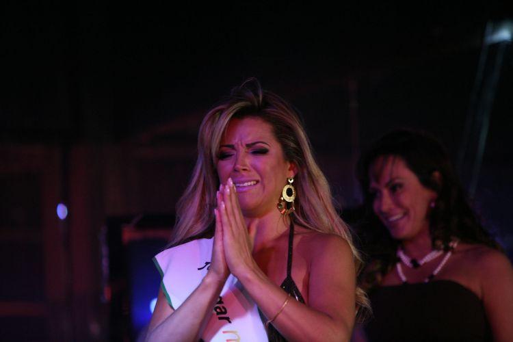 A bailarina Rosana Ferreira, de 25 anos, se emociona ao receber o título de Miss Bumbum 2011 em concurso realizado nesta quarta-feira (30/11/11), em São Paulo. Além da faixa, a candidata ganhou um cheque no valor de R$ 5 mil.