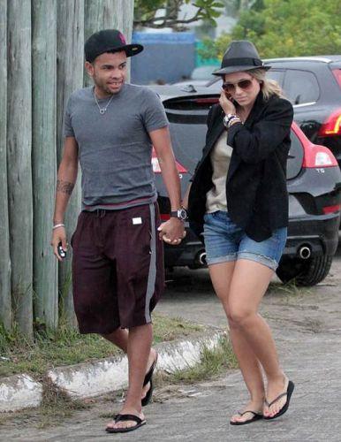 Dentinho anunciou nesta quarta-feira (25/1/12) que Samambaia está grávida. O jogador será pai pela primeira vez.