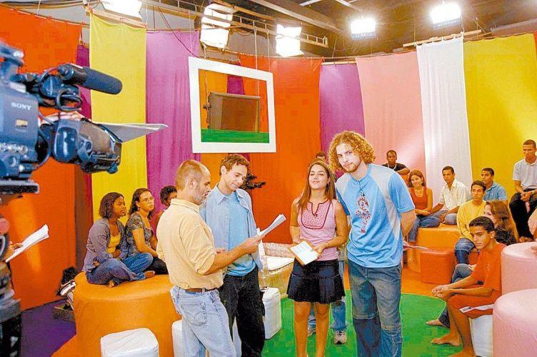 O diretor Mario Bandarra orienta Jairo Bouer, Thaís Fersoza e Thiago Fragoso em gravação de