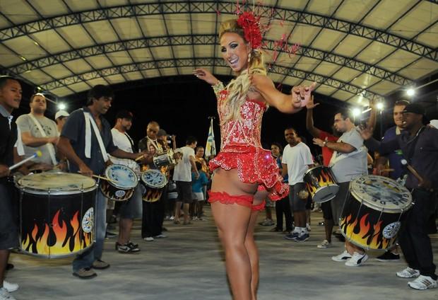 Valesca Popozuda, rainha de bateria da Águia de Ouro, deixou parte do bumbum à mostra durante o ensaio da escola de samba em São Paulo (8/1/12)