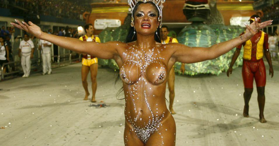 Dani Sperle em desfile da escola de samba Tom Maior, em 2010.
