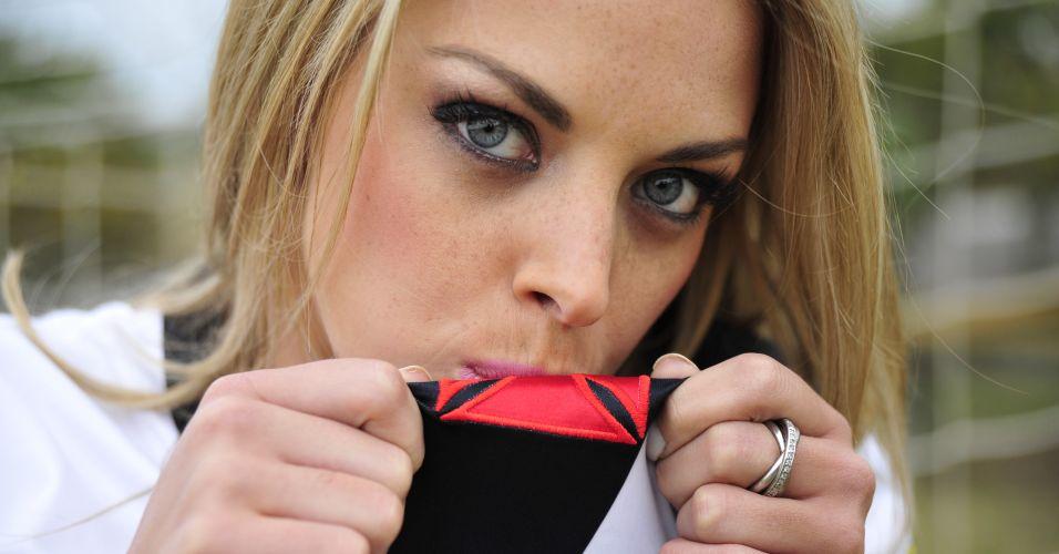 Jéssica Lopes beija a cruz de malta. Participe da votação de BOL.