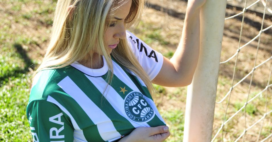 Dalila Kindermann admira o escudo do Coritiba.