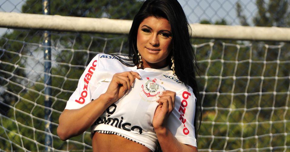 Gata Camila Vernaglia mostra o escudo do Corinthians.