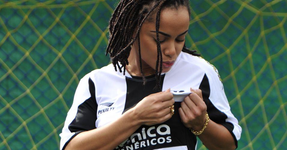 Gata do Ceará, Fernanda Guimarães beija a camisa do seu time.