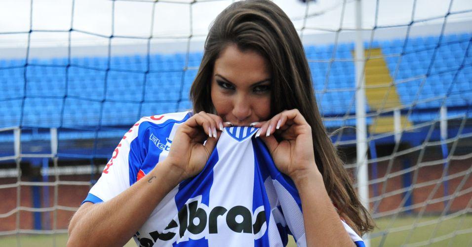 Jamile Moreira, gata do Avaí, beija a camisa do time.