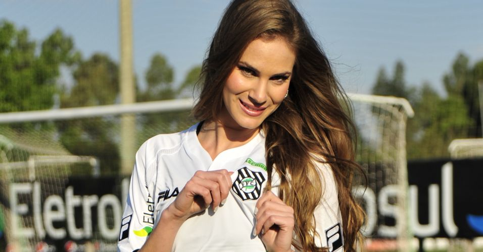 Gata do Figueirense, Joice Soares mostra a camisa do time.