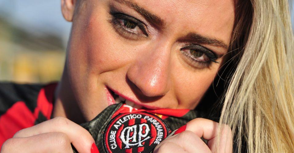 Gata Katiuska Glesse mostra seu amor pelo Atlético-PR.