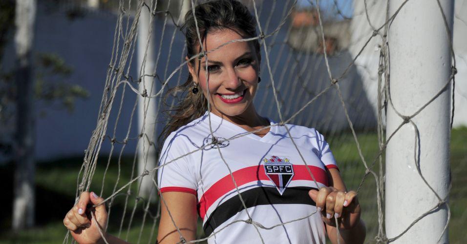 A Gisele Ribelato é a gata que vesta a camisa do São Paulo no concurso Musa do Brasileirão 2011